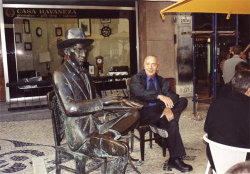 Dr. Hernán Kesselman junto a la escultura de Fernando Pessoa