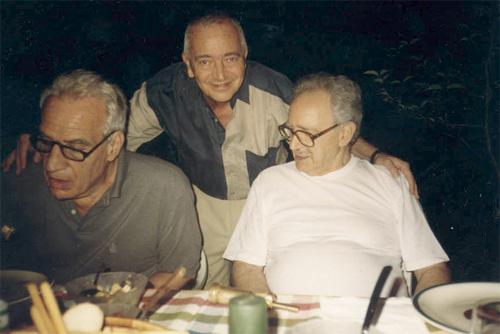 """Eduardo """"Tato"""" Pavlovsky y Hernán Kesselman con su maestro y amigo el Dr. Ángel Fiasché."""